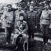 590. Генерал О. Брусилов (сидить) з офіцерами, 1916 рік