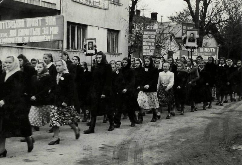 394. Колона демонстрантів на вулицях Заліщик