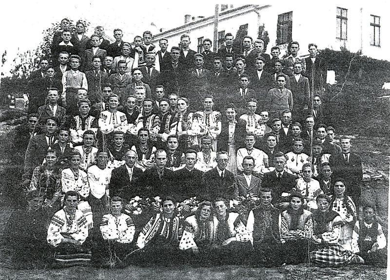 113. Українська молодь з педагогами і священиком о. І. Чукуром