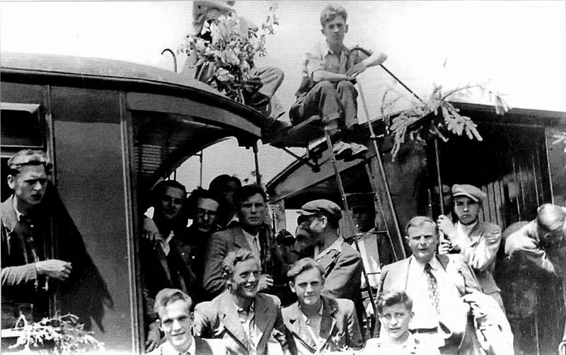 """281.  Іван Капчак (стоїть другий зліва) серед вояків дивізії """"Галичина"""", 1944 рік"""