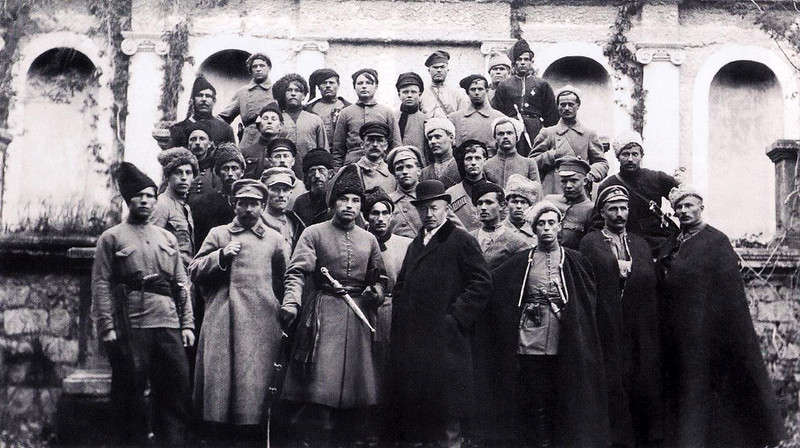 649. Осип Маковей ( в центрі) з козаками отамана Божка (3-й зліва) на фоні руїн літнього театру Понятовського в заліщицькому парку