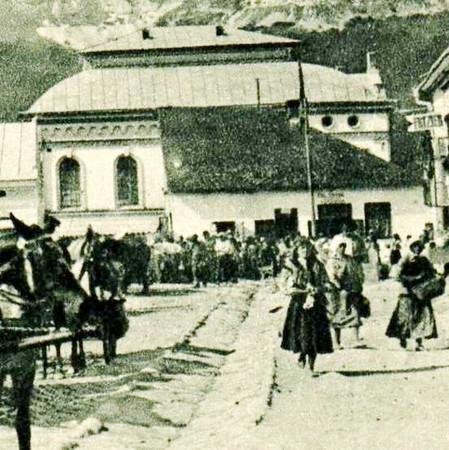 193. Фраґмент ринкової площі з видом на синагогу (божницю).