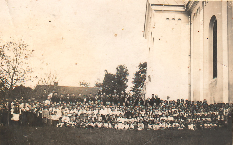 83. Українська дітвора Заліщик біля церкви