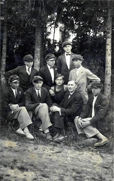 746. Учні садівничої школи на прогулянці, 1930