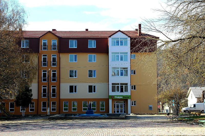 517. Реконструйований будинок колишнього центрального універмагу міста