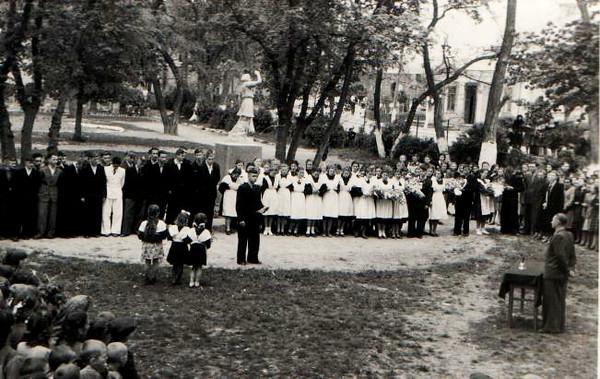 380. Середня школа, урочиста лінійка – в центрі директор М. П. Чижов