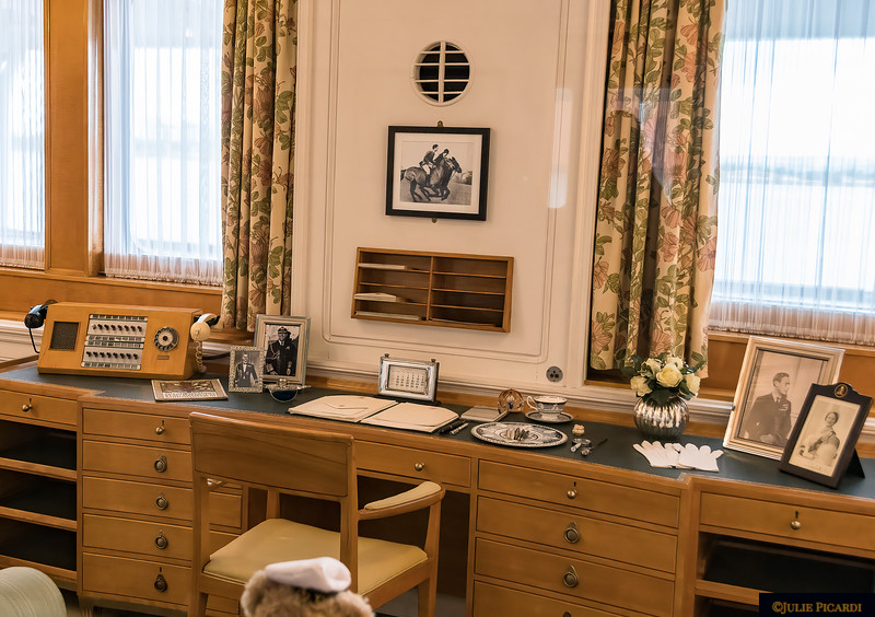 The queen formally retired for the evening at 11:00 p.m., but many times worked at her desk until late into the night.