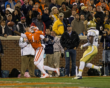 Clemson Tigers wide receiver Martavis Bryant (1) stretches for a pass