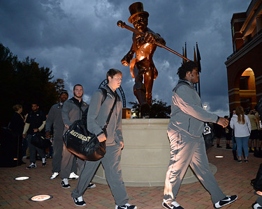 Team arrival Deacon statue