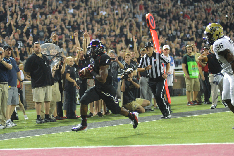 Cincinnati Bearcats defeated Pittsburgh Panthers 34-10 at Nippert Stadium in Cincinnati, Ohio.