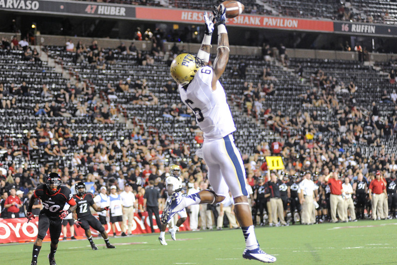Pittsburgh Panthers tight end Drew Carswell (6) catches the only touchdown late in the forth quarter.  Cincinnati Bearcats defeated Pittsburgh Panthers 34-10 at Nippert Stadium in Cincinnati, Ohio.