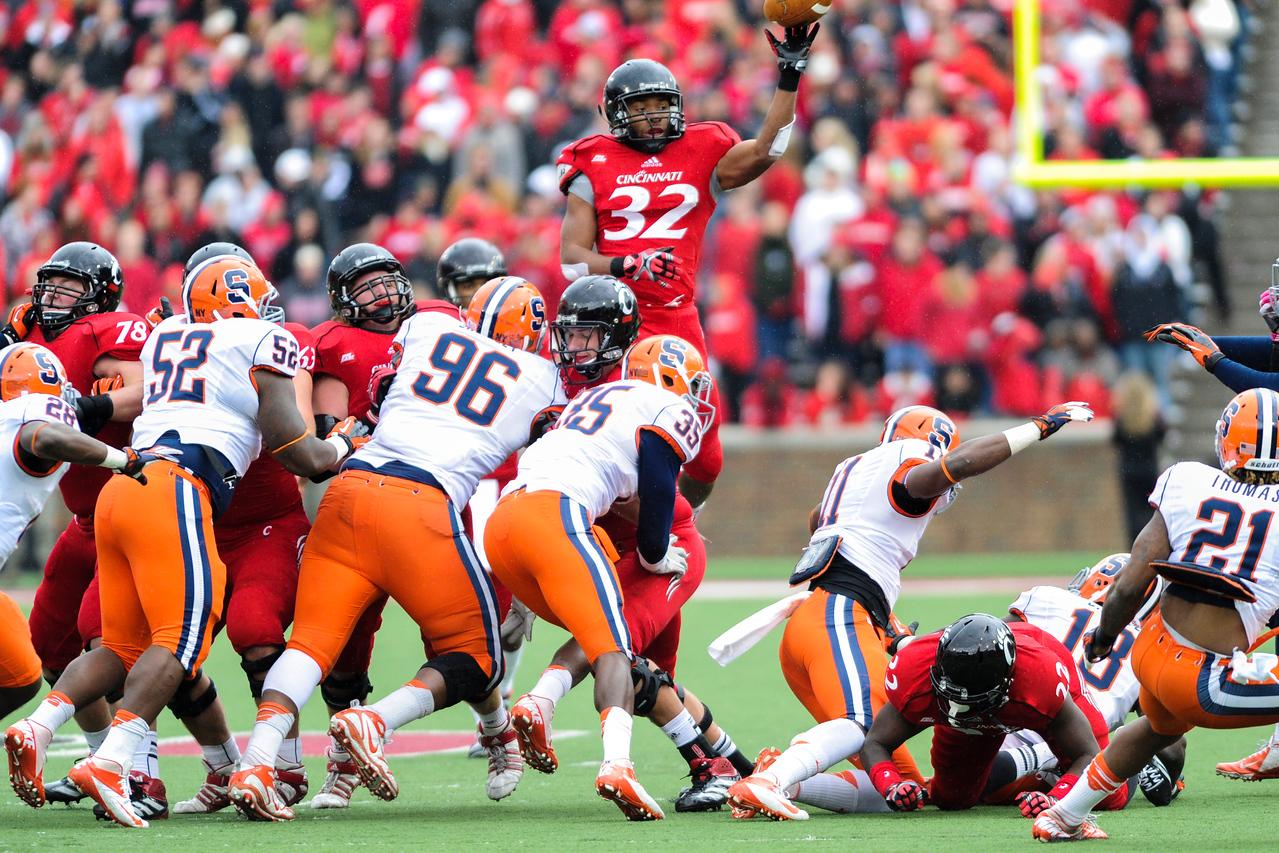 Cincinnati Bearcats running back George Winn (32) dumps the ball over the line for a long touchdown.  Syracuse Orange lead Cincinnati Bearcats (17-14) at the half at Nippert Stadium in Cincinnati, Ohio.