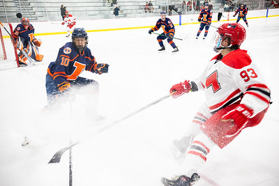 Maryville Saints hockey held off the Illinois Fighting Illini on Friday, September 17th to secure a 4–3 victory.