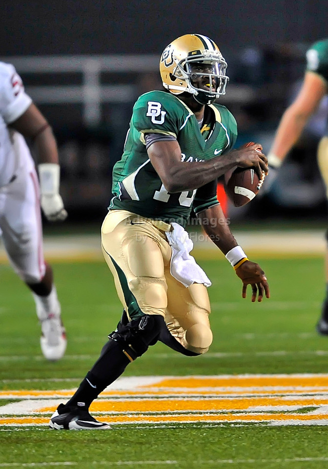 NOV 20 2010:  <br /> Baylor Bears quarterback Robert Griffin III #10 rund the ball in a game between Oklahoma Sooners and the Baylor Bears at Floyd Casey Stadium in Waco, Texas.<br /> Oklahoma wins 53-24. <br /> (Credit Image: © Manny Flores/Cal Sport Media)