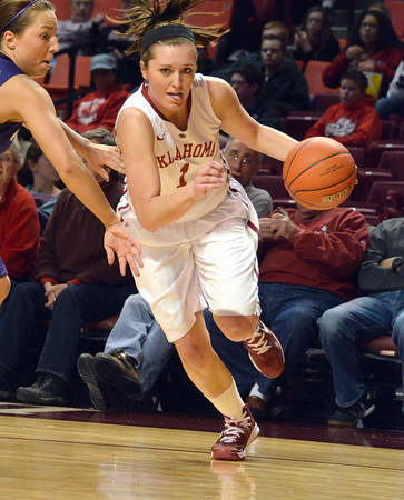 OU guard Nicole Kornet (1)  drives toward the goal Wednesday during the Sooners' game against Kansas State at the Lloyd Noble Center in Norman, Okla<br /> Kyle Phillips/The Transcript