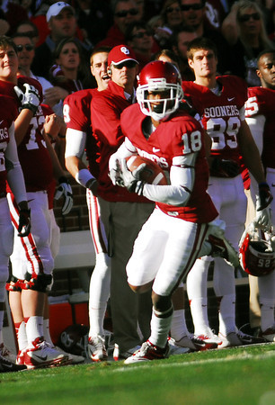 OU receiver Jalen Saunders (18) runs with the ball after catching a pass Saturday during the Sooners' game against the Cowboys at Owen Field.<br /> Kyle Phillips/The Transcript
