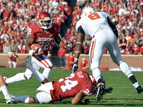 OU running back Roy Finch (22) tries to get around the OSU defense on a run play Saturday during the Sooners' game against the Cowboys at Owen Field.<br /> Kyle Phillips/The Transcript