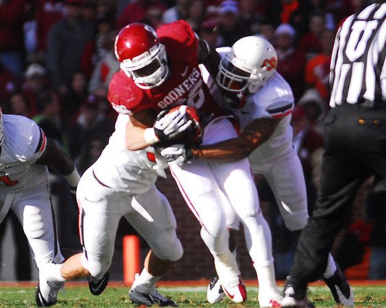 OU's Damien Williams runs with the ball Saturday during the Sooners' game against OSU at Owen Field.<br /> Kyle Phillips/The Transcript