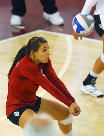 OU's Maria Fernanda (4) sets the ball Wednesday during the Sooners' match against Kansas State at the McCasland Field House. <br /> Kyle Phillips/The Transcript