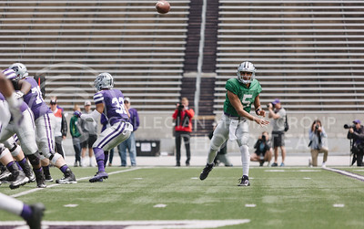 Sophomore quarterback Alex Delton throws to sophomore wide receiver Isaiah Zuber during the spring game in Bill Snyder Family Stadium on April 22, 2017. (Emily Starkey | The Collegian)