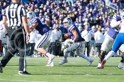 Freshman quarterback Alex Delton runs the ball during the Sunflower Showdown in Bill Snyder Family Stadium on Nov. 26, 2016. The Cats won 34-19. (Evert Nelson | The Collegian)