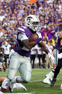Running back Charles Jones runs the ball during the football game between K-State and Oklahoma State in Bill Snyder Family Stadium on Nov. 5, 2016. (Maddie Domnick | The Collegian)