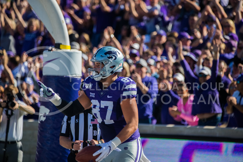 Sophomore Tight End Nick Lenners points to teammates after scoring a touchdown at game against the TCU Horned Frogs. The Wildcats beat TCU 24-17. ( Dalton Wainscott I Collegian Media Group )