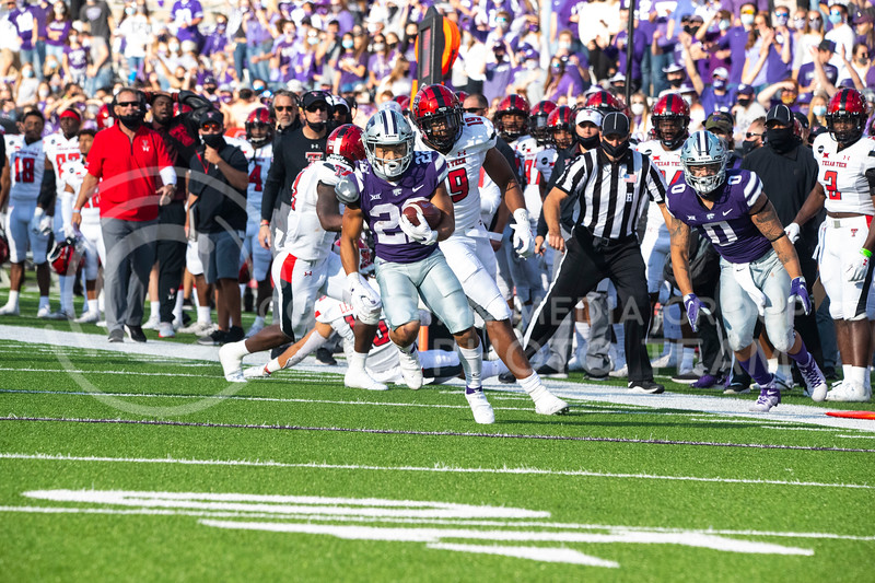 Freshmen running back Deuce Vaughn runs down the sideline with Texas Tech defender close behind. Freshmen Running Back Deuce Vaughn outruns Texas Tech defender for touch down in first half. The Wildcats beat the Red Raiders 31-21 on Fort Riley day at Bill Snyder Family Stadium. (Dalton Wainscott | Collegian Media Group).
