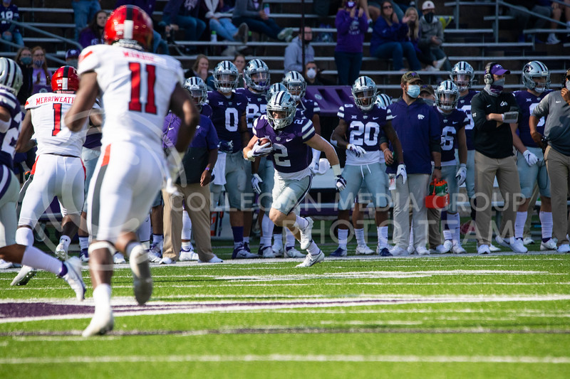 Senior running back Harry Trotter runs down sidelines after he receives ball from freshmen quarterback Will Howard. The Wildcats beat the Raiders 31-21 on Fort Riley Day at Bill Snyder Family Stadium. (Dalton Wainscott | Collegian Media Group).