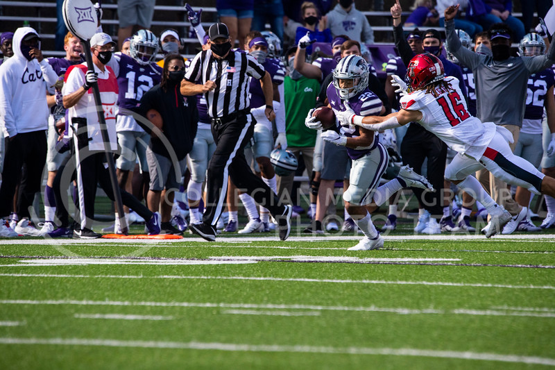 Freshmen running back Deuce Vaughn attempts to break tackle as he runs down the sideline. The Wildcats beat the Raiders 31-21 on Fort Riley Day at Bill Snyder Family Stadium. (Dalton Wainscott | Collegian Media Group).