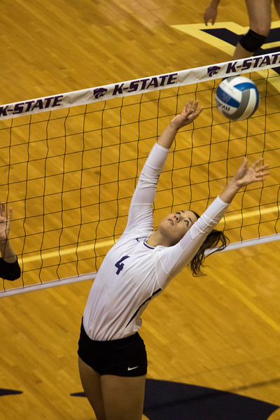 Setter, Sarah Dixon sets the ball up for her teammate against Oregon State at Ahern Fieldhouse on Sept. 7 2018. ( Sabrina Cline | Collegian Media Group )