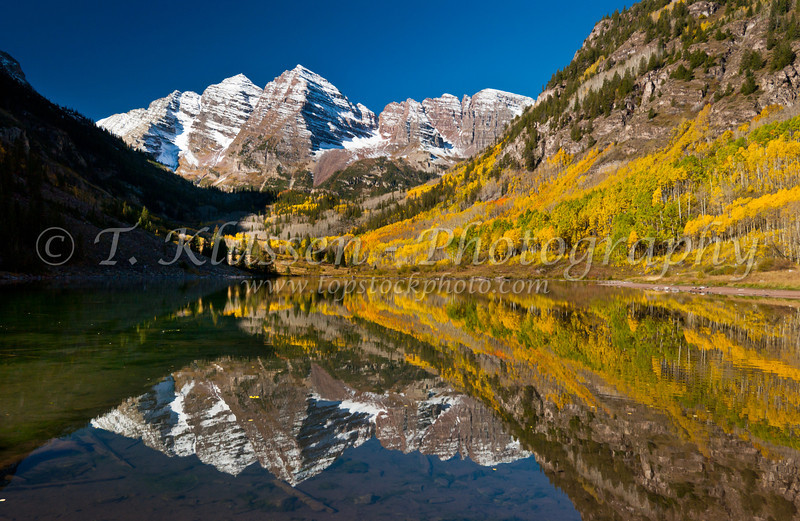 Maroon Bells mountain and lake with reflections and fall foliage, Snowmass Wildnerness, Colorado, USA, America.