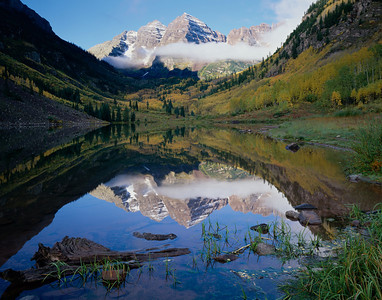 Maroon Bells, White River, COL/National Forest. Maroon Bells with low morning clouds reflected in Maroon Lake with fall colors. Colorado. 997H4