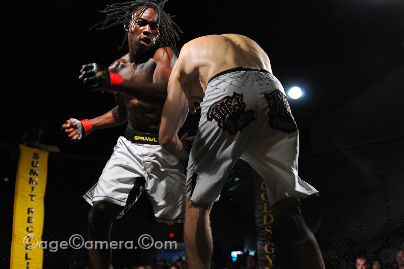 Darious Thomas pulls out all the stops in the third round while his opponent gasses out.