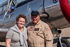 Kierstin mit Pilot Scott Belbeck bei BT-13 Flugzeug.