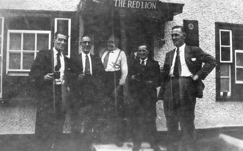 "<center><font size=3><u> - Red Lion - </u></font> (BS0353) </center>  Group of men standing outside pub.  Details of personalities sought.  See Page 203 of ""Benson, A Century of Change""."