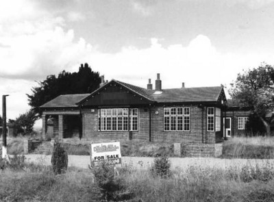 <font size=3><u> - Bungalow Beggarbush Hill-  </u></font> (BS0084)  At the summit of Beggarbush Hill. Built on bottom floor of Old London Rd Inn.