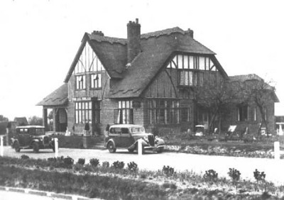 <font size=3><u> - The London Road Inn - </u></font> (BS0083)  Located at the summit of Beggarsbush Hill, above RAF Benson.  A popular venue for the RAF at the start of WW2.  Burnt down 1942 and eventually the ground floor became the bungalow shown below (BS0084).