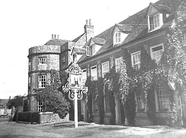 <center><font size=3><u> - Castle Hotel & Roundhouse - </u></font> (BS0385) </center>  Shows the lovely hotel signboard.  The exceptional sign housing is still in existence in 2006.