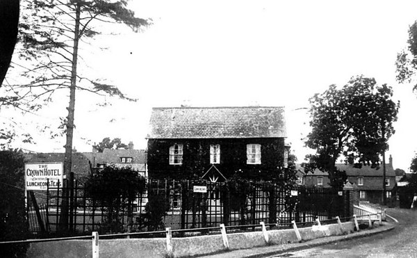 <center><font size=3><u> - Crown Hotel Annex - </u></font> (BS0388)  Taken from Old London Road.  The house now known as The Chestnuts was the overflow annex to the Crown Hotel.  </center>