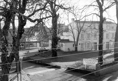 """<center><font size=3><u> - White Hart sometime in 1980s - </u></font> (BS0531) </center>  An interesting angle, the photographer seems to be located near or at the """"Limes"""" in Oxford Road.  The green-grassed area in which the sign stands had formerly been used as a kitchen garden for the Inn"""