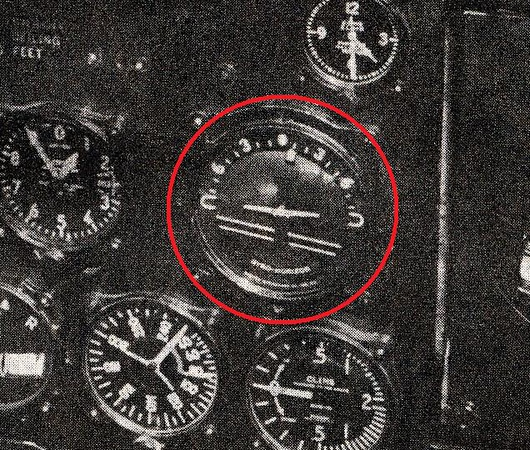 A vintage TWA DC-3 photo of the Sperry Auxiliary Gyro Horizon indicator. <br /> <br /> This instrument was located directly in front of the Captain on the left instrument panel. (LostFlights Photo)
