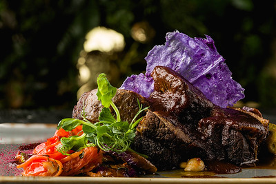 Шорт рибс с сате из мини баклажана, помидорини, шимаи и горчичным соусом