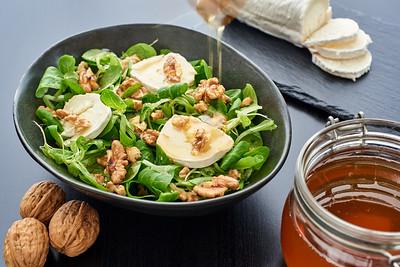 Salad of lamb's lettuce, goat cheese, walnuts, dripping honey