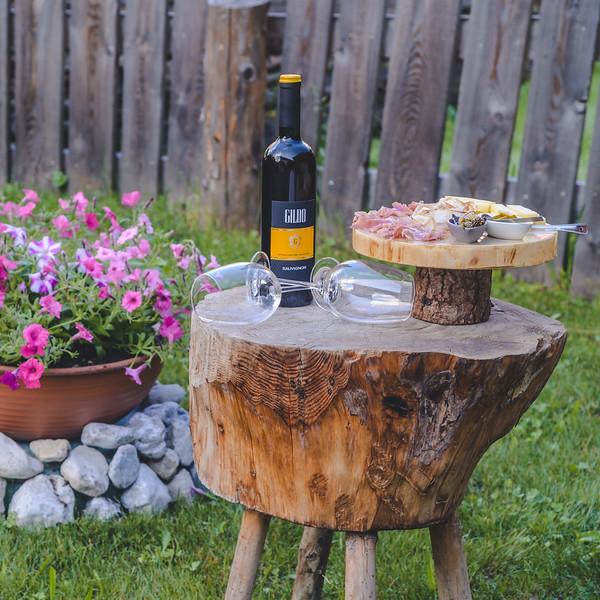 Borgo Antico Sappada - chopping board garden aperitif  // Outdoor, food, lifestyle photography