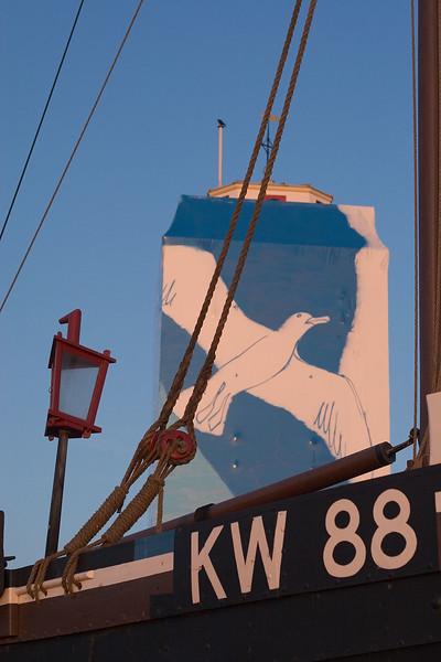 De Vuurbaak in Katwijk verpakt in plastic en voorzien van graffiti. Juni 2005.