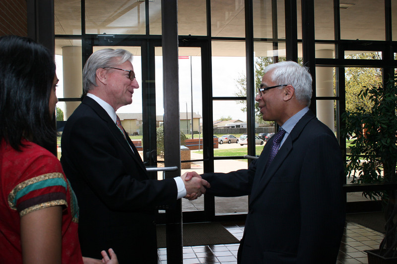 Superintendent and Consul General say goodbye.