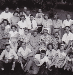 "Back says ""Wien Family'. No date, no names. If anyone can identify individuals, please contact Beth."