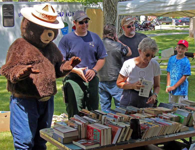 Smokey checks out the Northern Lights Lions Club bargain books.
