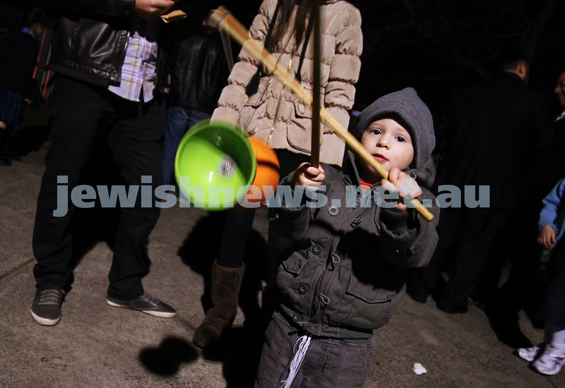 9-5-12. Lag B'omer 2012. xxxxx playing with the diablo at Katanga. Photo: Peter Haskin
